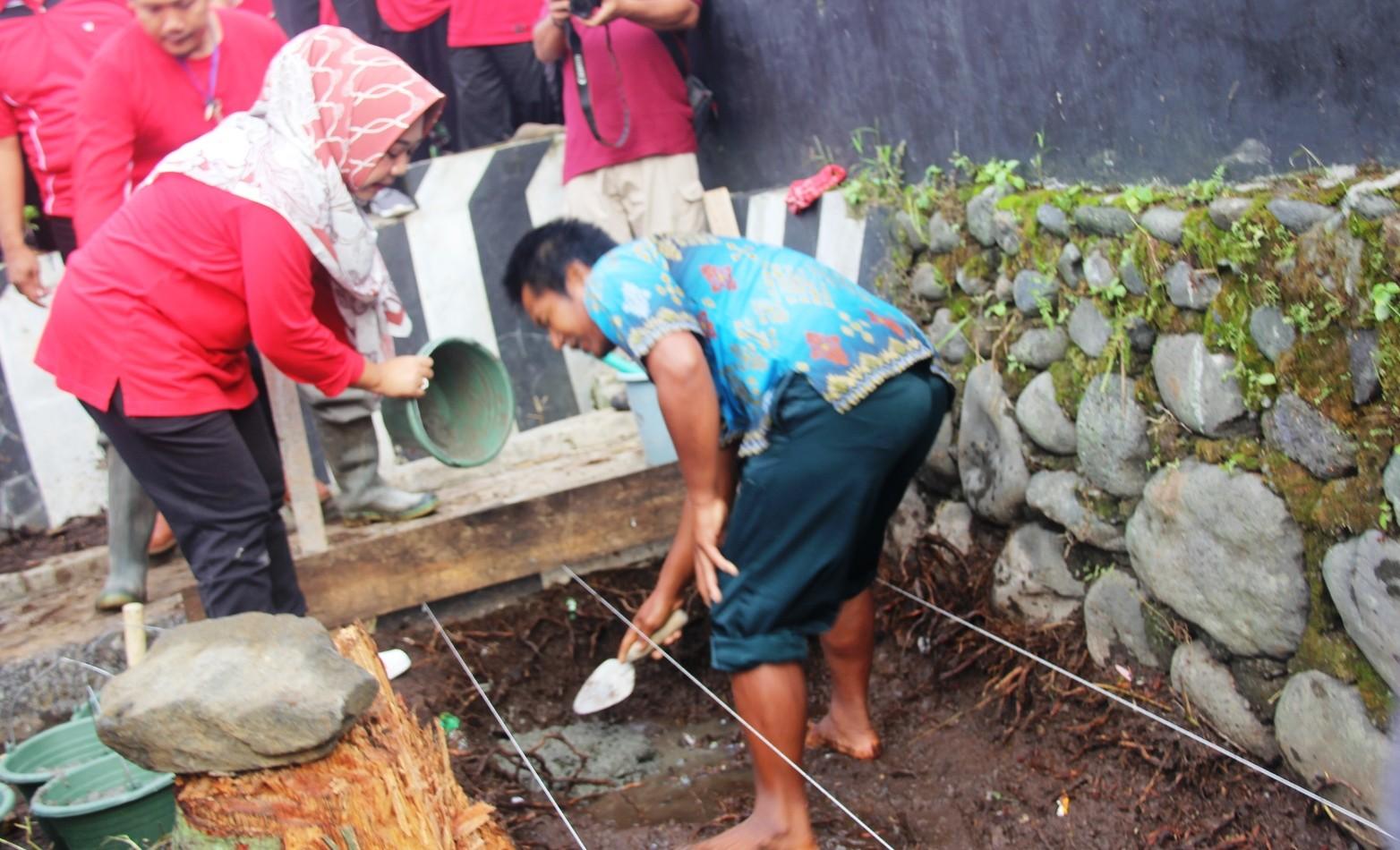 Geliat Pembangunan Bagus, Plt. Bupati Bantu Pembangunan Gapura Desa Prigi